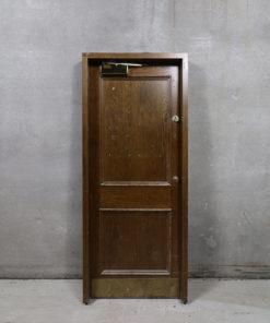 Døren er med fyldning på den ene side og er glat på den anden. På døren er der messing dørpumpe og meget flot greb på den ene side. Karmen er 125 mm dyb.