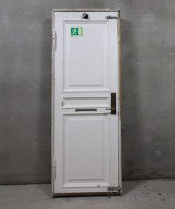 Venstrehængt opgangsdør i 185 mm karm med fyldninger på begge sider med messing dørhåndtag og brevsprække.