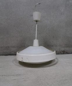 Ældre lampe model P285 med aluminiumringe og kegleformet glasskærm. Lampen er produceret af LYFA og måler ø 42 cm.