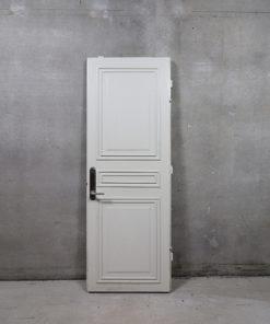 Ståldør i 80mm stålkarm. Døren er glat udvendigt og med metal fyldning på indvendig side. På karmen er der monteret beslag til indmuring og der er monteret briklås. Det udvendige karmmål er 228 x 87,5 cm.