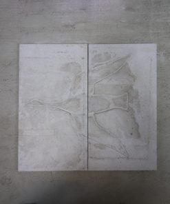 2 stk sandsten 54,5 x 109 cm der når sat sammen viser motiv af fugl. Stenene er ca 30 mm tykke.