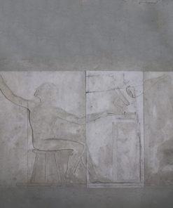 Sandsten fra Rockerfeller instituttet. 2 stk 55 x 126 cm og 2 stk 48 x 126 cm. Motivet forstiller en mand/forsker på skammel. Stenene er ca 23 mm tykke. De 2 sten med hænder på er knækket, se billede for revner.
