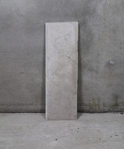 Sandsten fra Rockerfeller instituttet. Stenen måler 38,5 x 126 cm og motivet forstiller et djævlehovede. Ca. 23 mm tyk sten.