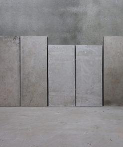 Sandsten fra Rockefeller instituttet. 2 stk 48 x 126 cm, 2 stk 48 x 109 cm og 1 stk 54,5 x 126 cm med trappehak i bunden.