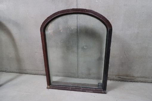 Gammlet vindue med buet top